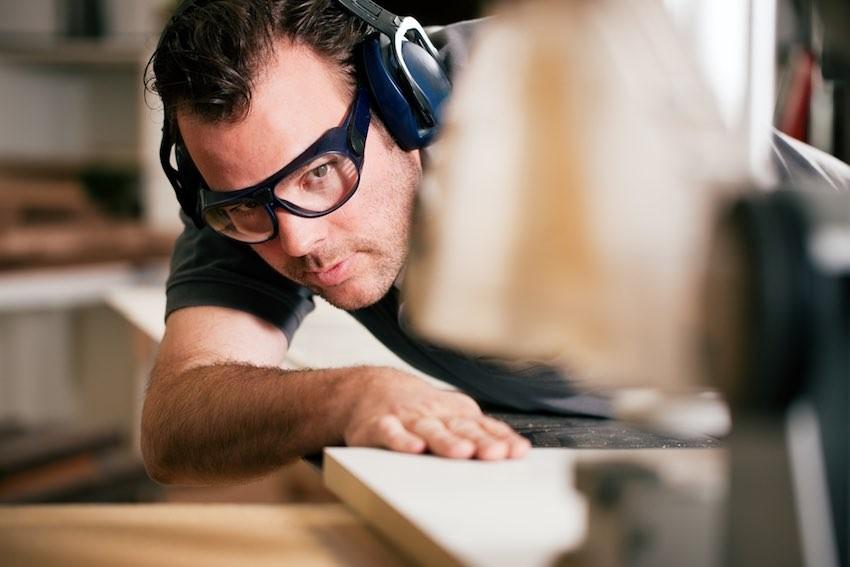 Persönliche Schutzausrüstung sollte bei der Arbeit mit einer Tischkreissäge nicht fehlen.