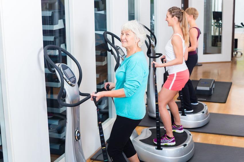 Je nach Alter haben Menschen unterschiedliche Trainingsziele auf einer Vibrationsplatte.