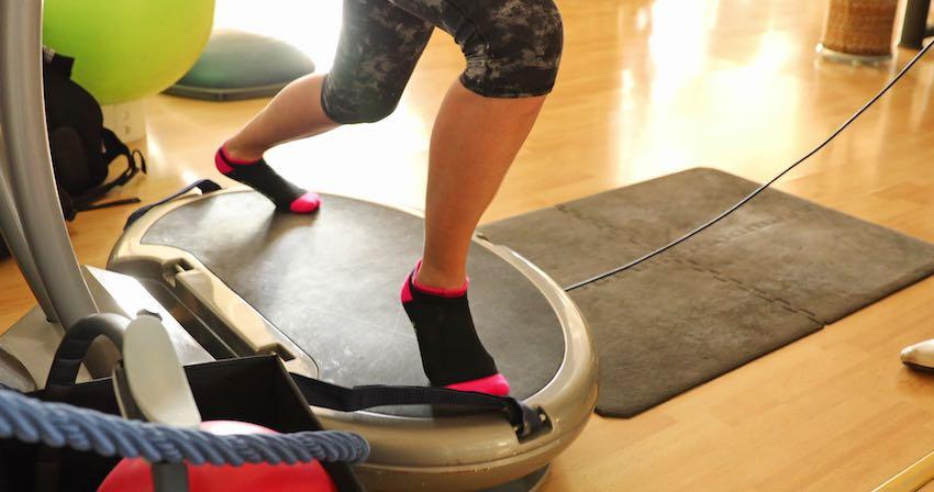 Übungen, die auf der Vibrationsplatte durchgeführt werden, sind effektiver, weil die Tiefenmuskulatur angesprochen wird.